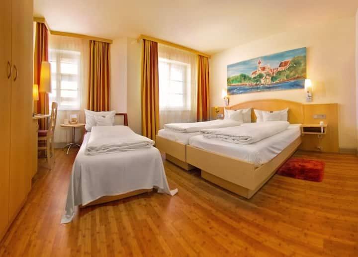 Hotel-Restaurant-Biergarten Gasthof zum Ochsen, (Ehingen/Donau), 3-Bett-Zimmer, 25qm, max. 3 Personen