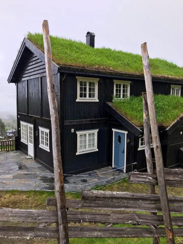 Hytte ved siden av bakken med ski inn/ut.