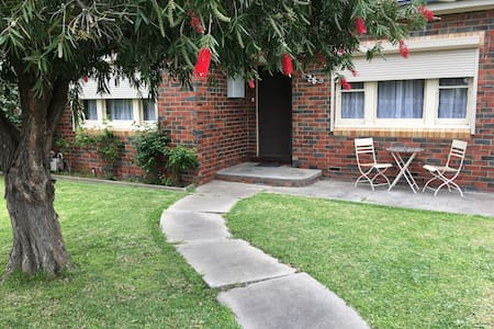 Vintage home in great location - Essendon - Ház