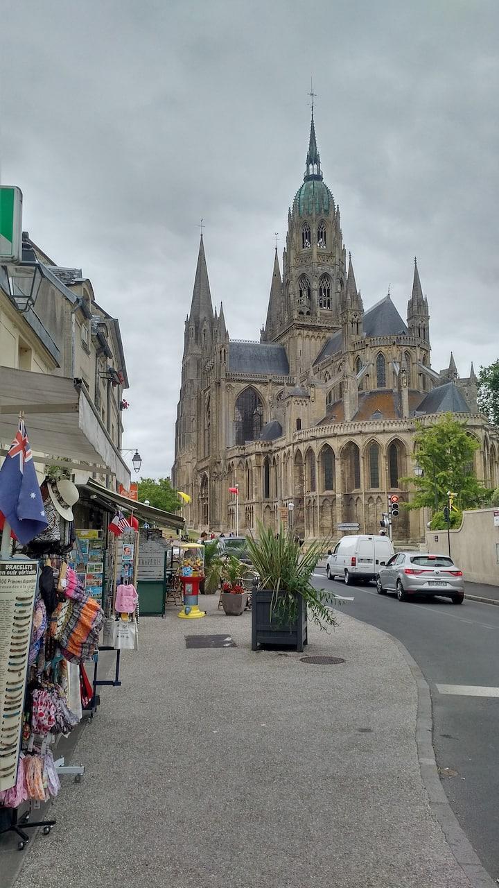 Au coeur de Bayeux: entre Cathédrale et Tapisserie