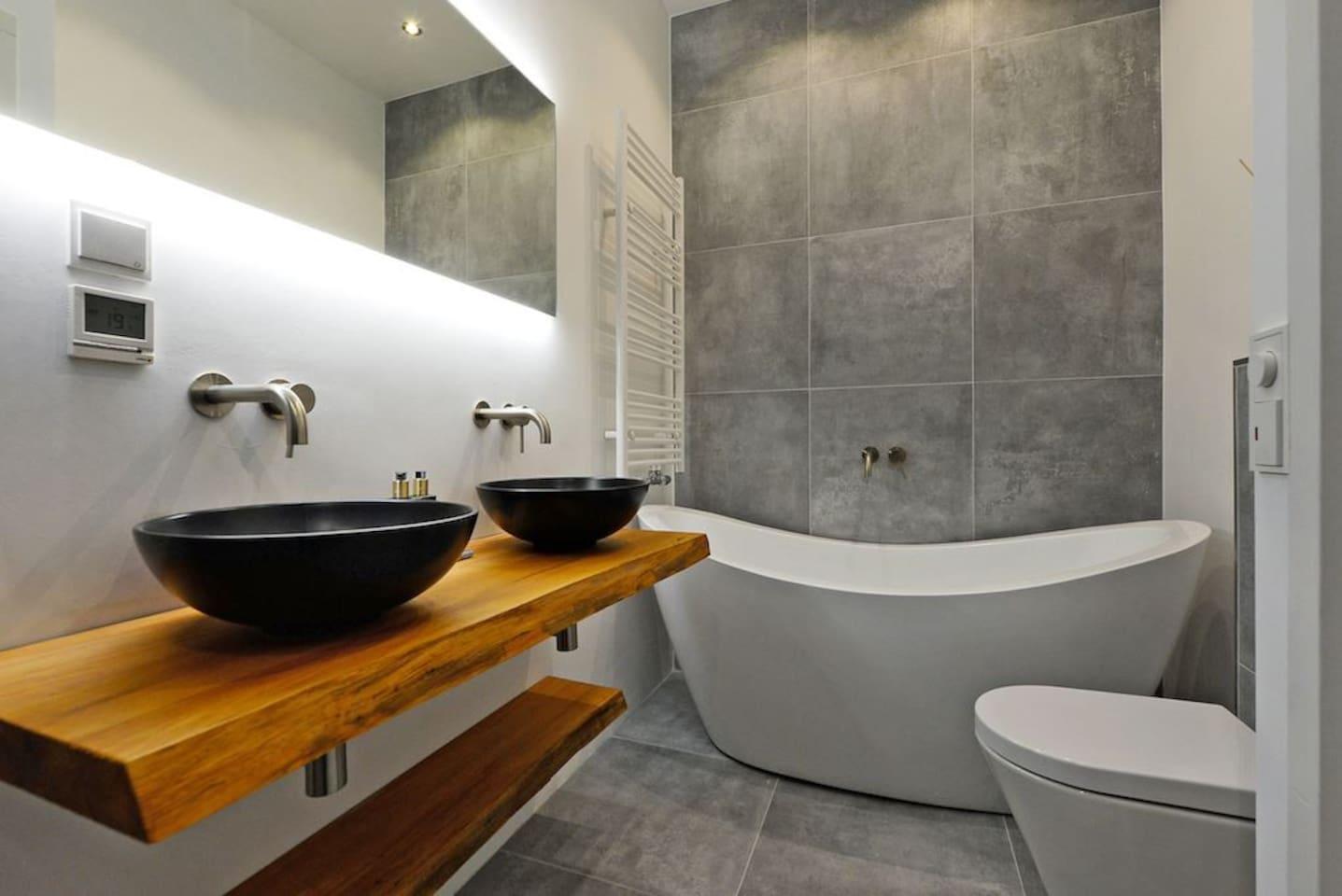 Badkamer met apart groot los bad