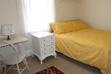 Private bright Lewisham room with gorgeous dog - House