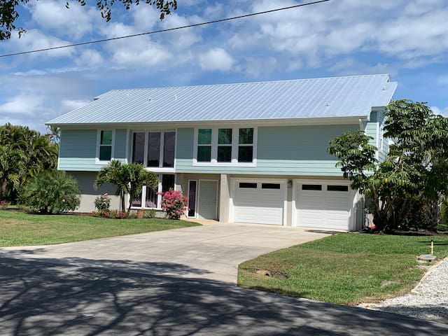 Pool, Near Beach! Lakefront Home, 3BR/2B. NO PETS.
