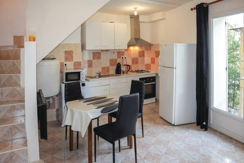 La salle à vivre: séjour et coin cuisine/ salle-à-manger. Avec à disposition un four, un micro-onde, une cafetière à capsule et une bouilloire.