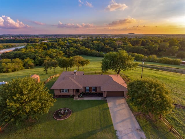 4 Bed - 2 Bath with Hot Tub - Country Get Away  just outside of DFW