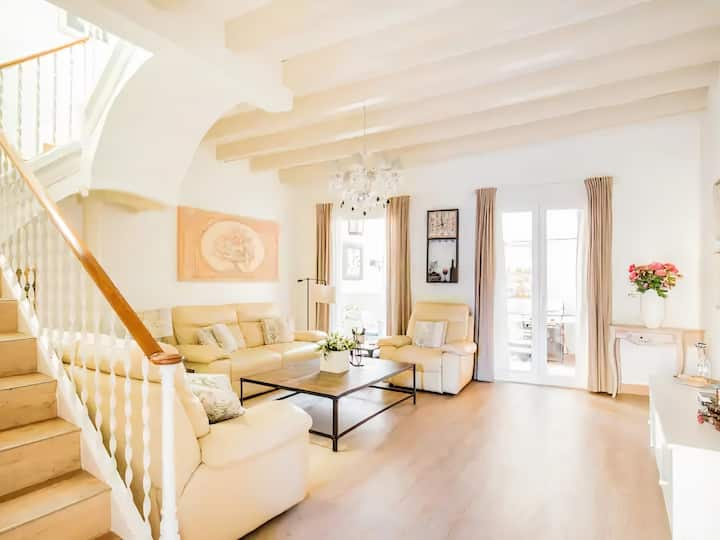 Sitges Centre Beach House- 4 Bedroom/3 bathroom/Jacuzzi- Sleeps up to 9