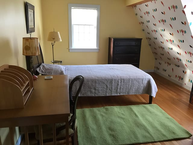 "Private peaceful hilltop haven (the ""bird"" room) - Groton"
