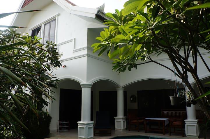 3bd pool house 140 m beachfront