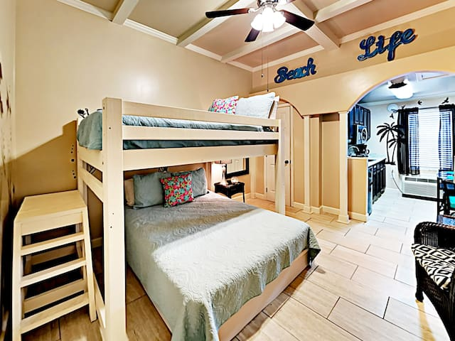 Cute Condo -- Steps to Beach, Walk to The Hangout!
