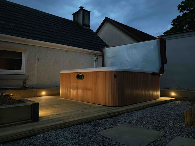Lovely HotTub Retreat, On NC500!