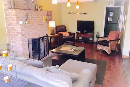 Old Town, Furnished 2 bedroom: SWG - Chicago