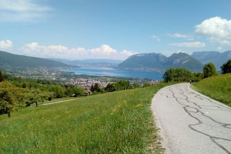 Lac d'Annecy entre montagne et plage