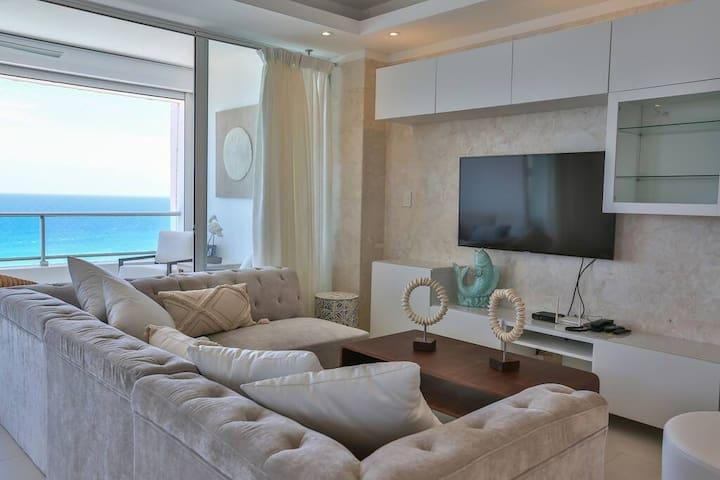 Luxury Beachfront⭐ w/ Smart TV +Wifi +2 Balconies