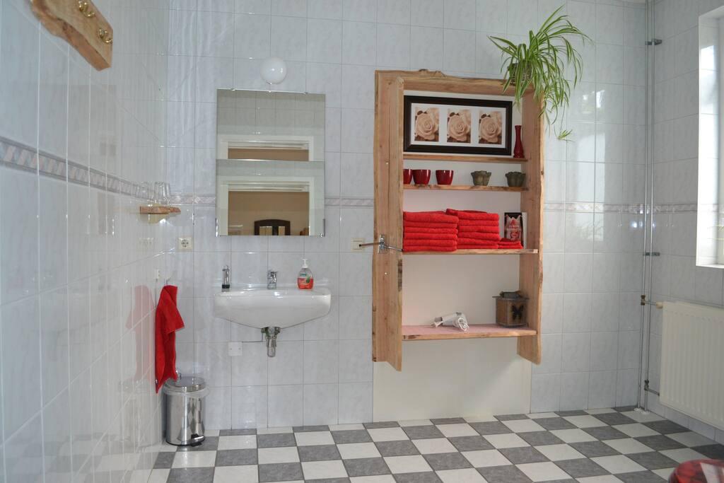 De badkamer is ruim, licht en comfortabel. Tevens is hier een 2e toilet aanwezig