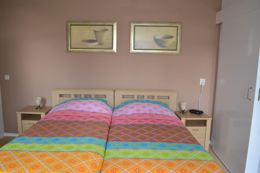 In de slaapkamer staan twee bedden met elektrisch verstelbare bodems