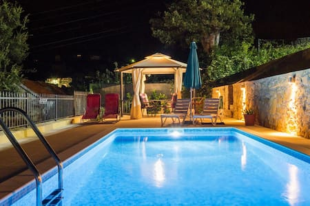 HIDDEN PARADISE  - Heated pool villa near Split - Žrnovnica