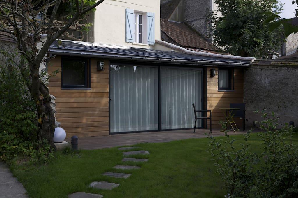 Le calme, la terrasse, la baie vitrée géante et le style moderne