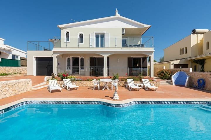 Spacious modern Villa with pool in quiet residential area near Guia