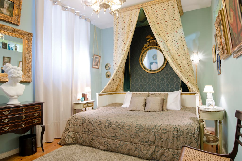 THE ROYAL BEDROOM, it's charming, quiet and completely private. Is decorated in french style with a comfortable Napoleonic style alcove bed provided with bed high quality and smooth linens, blankets and pillows, bathrobes, fan, heather, mineral water and chocolats!