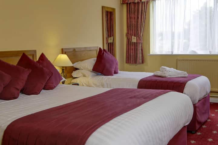 Essential and Business Travel Only: Fantastic Triple With Double Bed At Devon