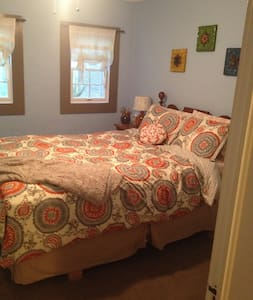 Downtown Bedroom and Living Area - Clemson - Casa