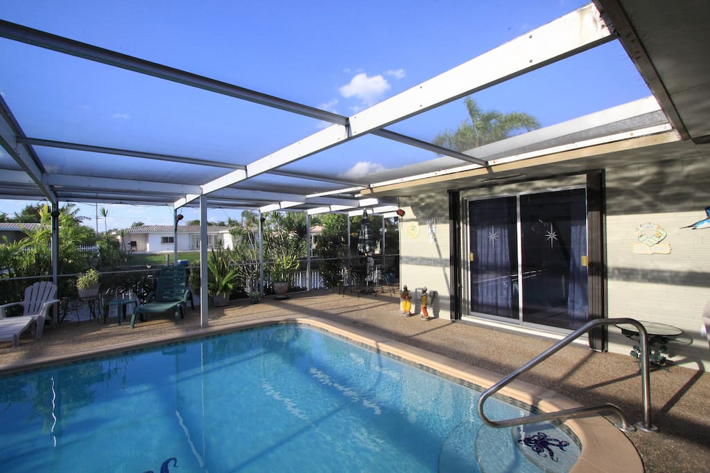 Swimming pool with enclosed screen