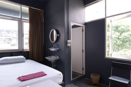 Quaint room with ensuite bathroom and Fan - Bangkok