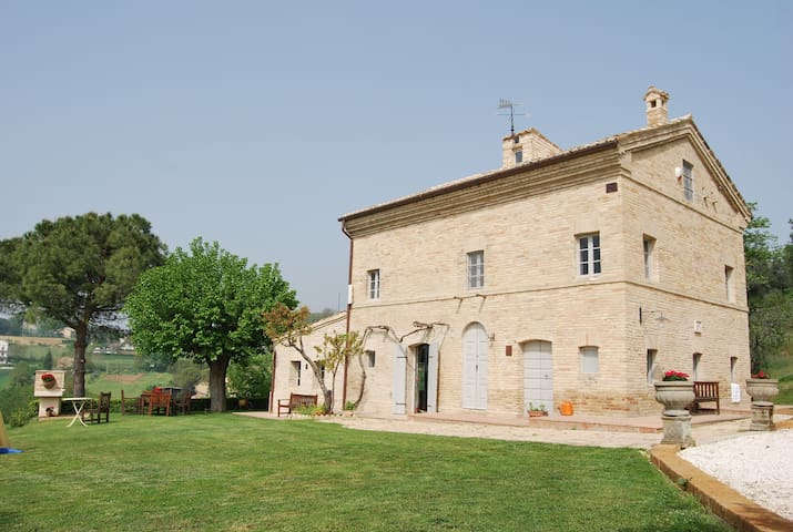 Traditional 1850s Italian Farmhouse - Mogliano - Rumah