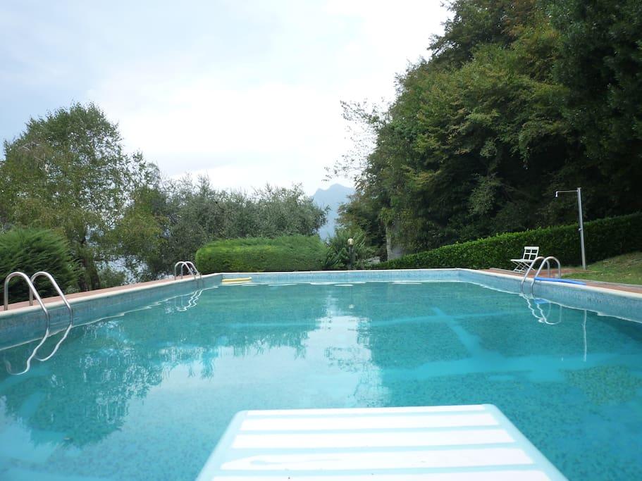 Piscina con trampolino, doccia, spogliatoio