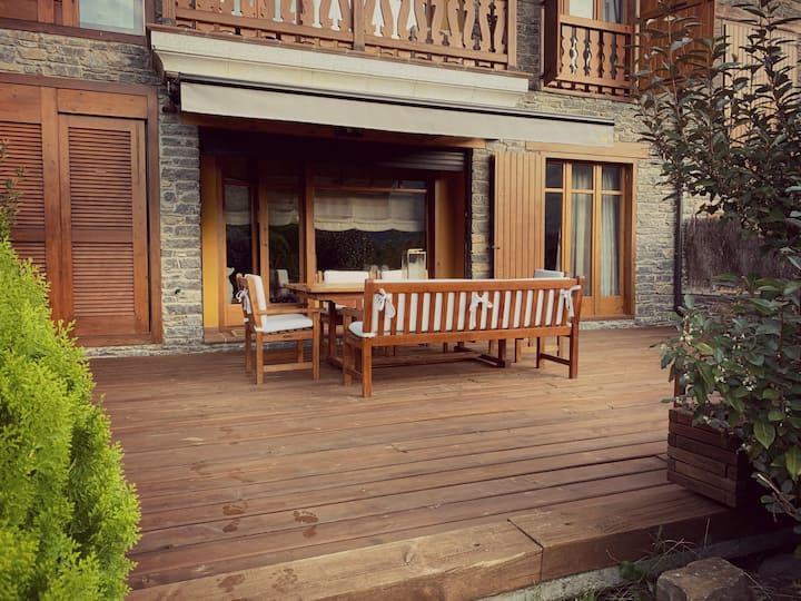 Apartamento de montaña con terraza, jardín y valle