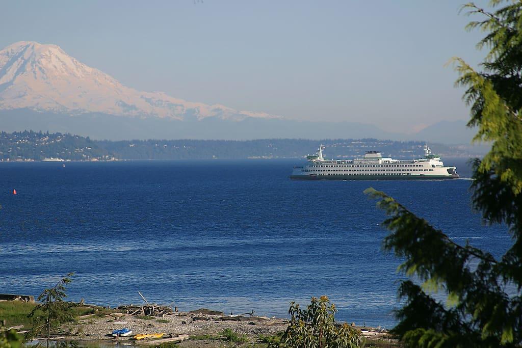 Mt Rainier SE view with ferry to Bainbridge Island from Seattle