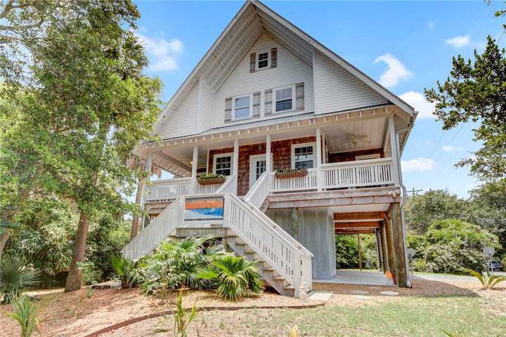 Second Wind- Newly Renovated Folly Beach Home! Pet friendly, large porch, easy walk to beach/dining.