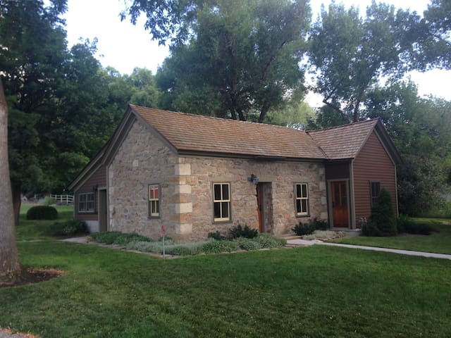 Historic Pioneer Rock Cottage - Mendon - Haus