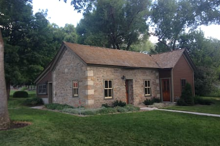 Historic Pioneer Rock Cottage - Mendon - Casa
