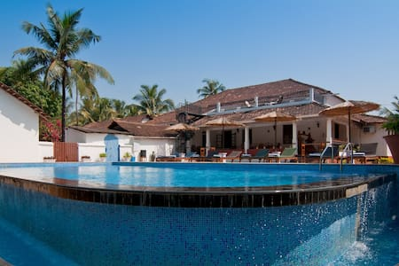 Large Villa Just off beach, Goa - カラングート