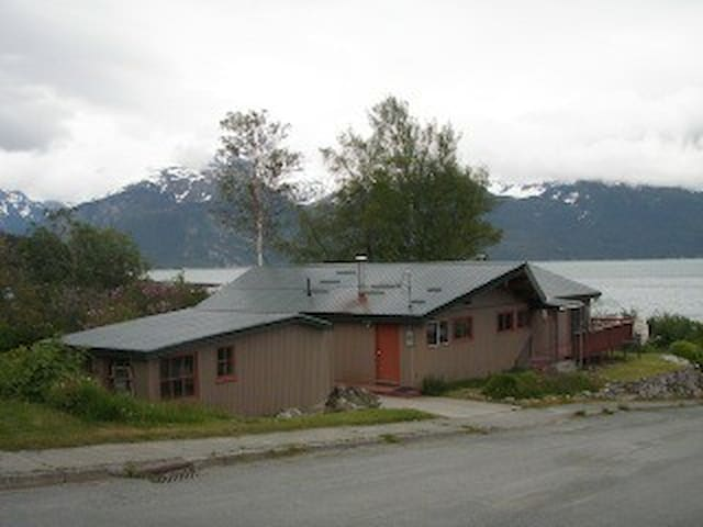 View home in town; share a bedroom - Haines - House