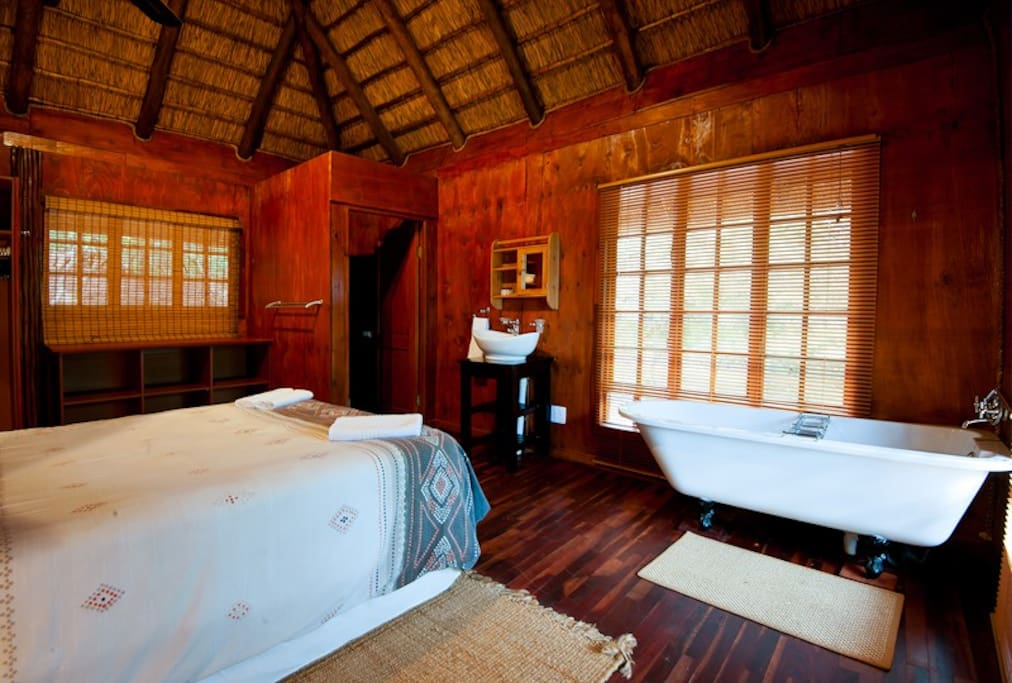 The very romantic bedroom of Pauci Cottage...
