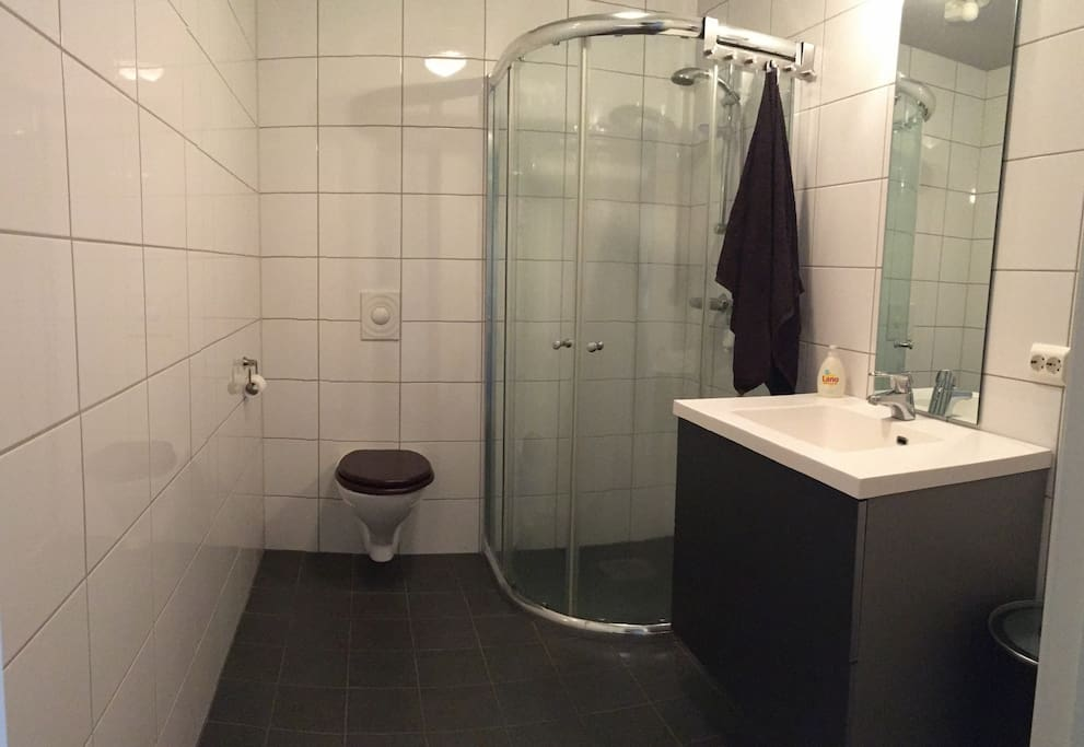 Clean and floor heated bathroom with plenty of hot water.