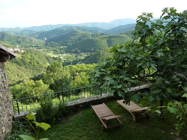 Private holiday home, great views - Chirols - House