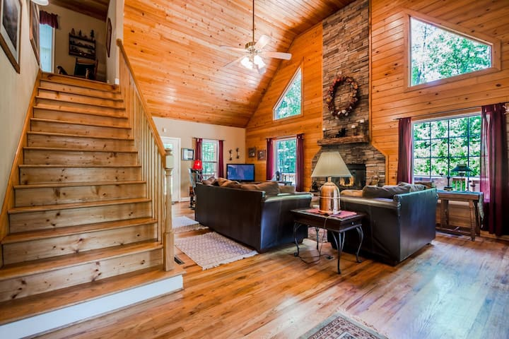 Creek Front Cabin | Secluded | 3BR 2.5 BA | Paved Driveway | Hot Tub | 2 Miles from Helen, Ga | Wifi