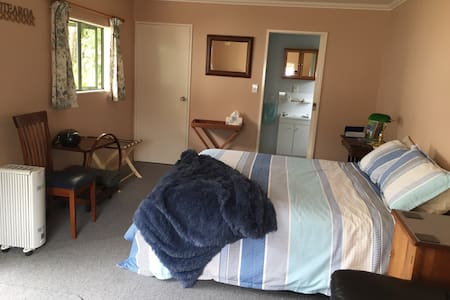 Modern stand alone ensuite room - Upper Hutt