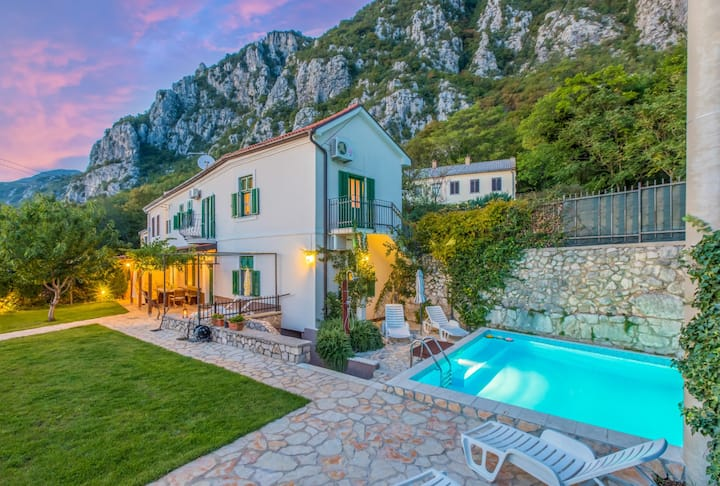 Villa  with  pool, garden, terrace and barbecue