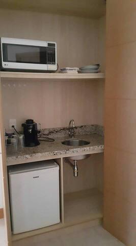 Microondas, frigobar, cafeteira e louça