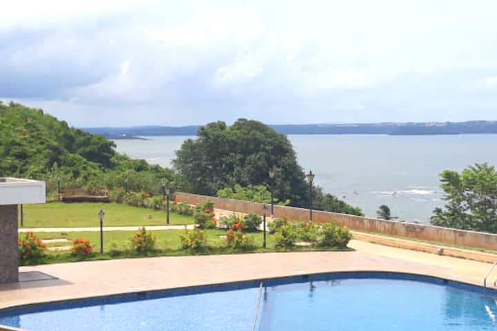 Comfy Seaview Apartment with pool in Dona Paula