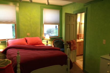 Hayes B&B Double with Private Bath - Germantown