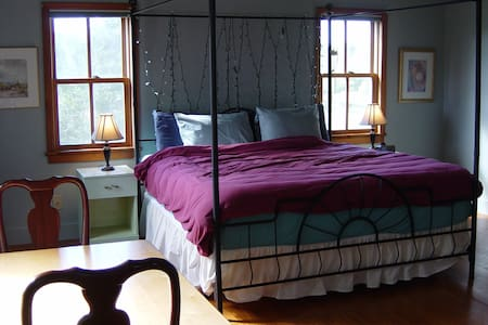Hayes B&B King with Private Bath - Germantown