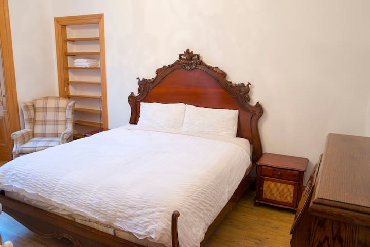 Cosy central super king size bed - Room 3