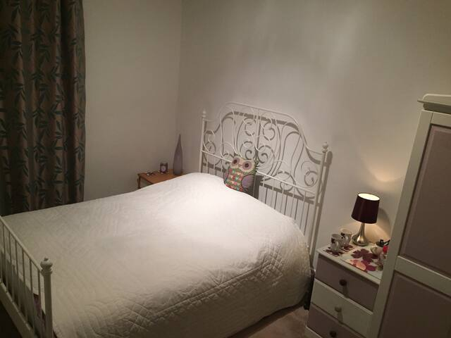 Double bedroom in friendly home. - Bournemouth