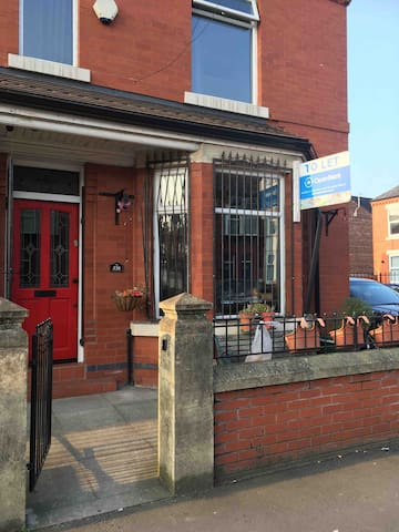Double or single room available in a clean homely home ideal for couple or lone traveller 2miles from Manchester City centre.