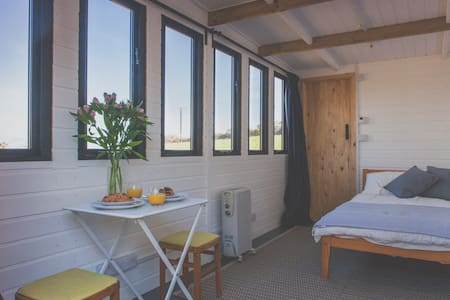 Private accommodation with stunning views - Cornwall - Almhütte